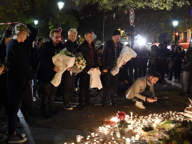 Bono homenageia vítimas dos atentados em Paris (Foto: FRANCK FIFE / AFP)