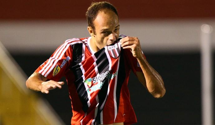 Carlão, atacante do Botafogo-SP (Foto: Thiago Calil/Ag. Botafogo)