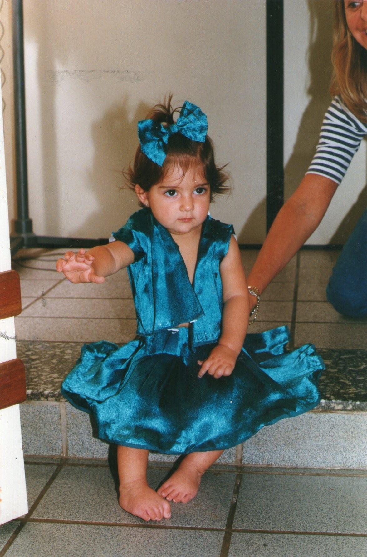 Ainda com os pés tortos após a primeira cirurgia, Ana Carolina precisou operar novamente com 4 anos (Foto: Arquivo Pessoal/Divulgação)
