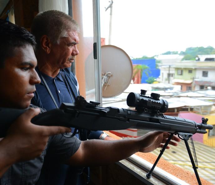 Tio e capanga da facção miram para atirar em Romero (Foto: Pedro Carrilho/ Gshow)