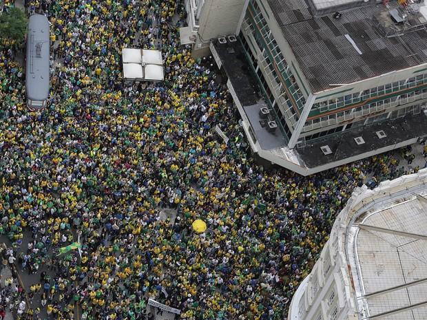 Segundo a organização e a Polícia Militar (PM), 200 mil pessoas participaram da manifestação em Curitiba (Foto: Giuliano Gomes/PRPRESS)