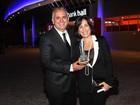 Acompanhada do marido, Glória Pires vai a premiação em São Paulo