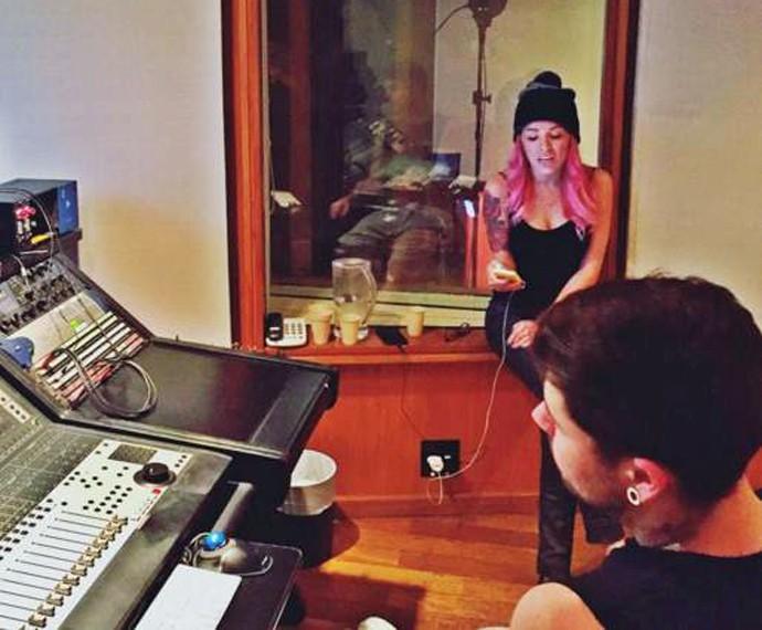 Nikki ajudou Leandro Buenno na gravação da nova música do ex-The Voice (Foto: Arquivo Pessoal)