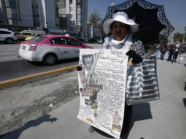 Fãs de Roberto Bolaños no dia de seu enterro (Foto: STR / AFP)