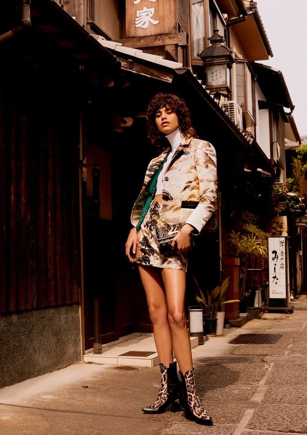 Saia trapézio e jaqueta de jacquard de lurex com estampa Tree, colete de camurça, top de malha, bolsa de couro e metal e botas de couro (Foto: Rafael Pavarotti)
