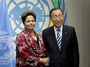 A presidente Dilma Rousseff cumprimenta Ban Ki-moon, secretário-geral das Nações Unidas, durante Assembleia-Geral da ONU em Nova York. (Foto: Stan Honda/AFP)