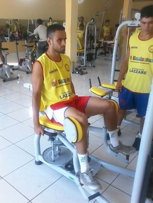 Wellington Cabeça, meio-campo do Plácido, faz trabalho na academia (Foto: Reprodução/Facebook)