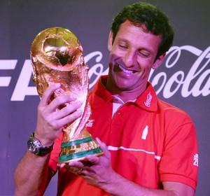 Pentacampeão Juliano Belletti com a taça da Copa do Mundo (Foto: Divulgação/Coca-Cola)