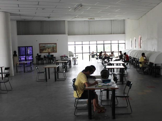 Segundo frequentadores, a biblioteca é muito quente, principalmente no período da tarde (Foto: Yuri Matos/G1)