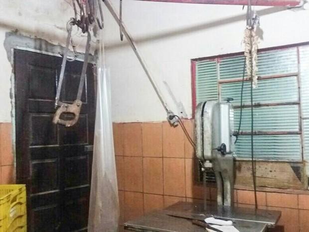 Forte cheiro de carne e sangue chamou a atenção da PM em casa (Foto: Polícia Militar/Divulgação)
