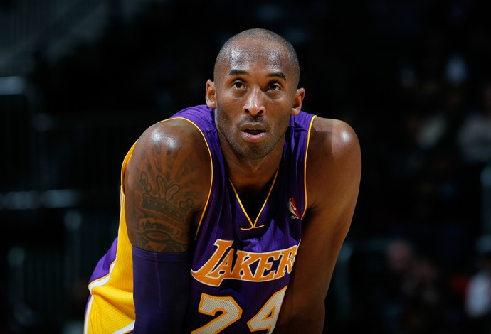Kobe Bryant continuou na partida contra o Memphis Grizzlies após se lesionar (Foto: Getty Images)