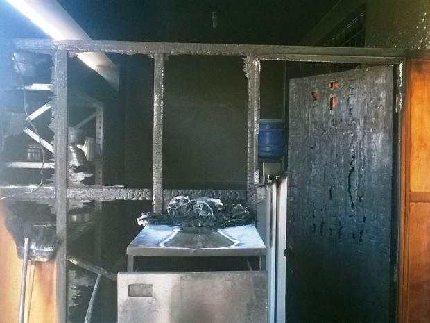 Delegacia ficou danificada após incêndio (Foto: Divulgação / Polícia Militar)
