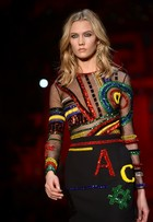 Top Karlie Kloss deixa seio à mostra no desfile da Versace, em Milão