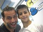Henri Castelli posta foto com o filho em evento de fim de ano da escola