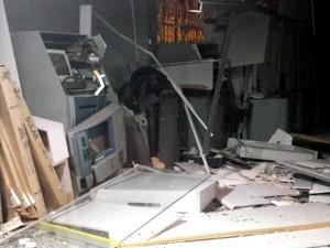 Explosão danifica cinco caixas eletrônicos de agência bancária em Piracanjuba, Goiás (Foto: Reprodução/ TV Anhanguera)