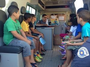 Crianças ouvem explicação de policial militar (Foto: Carolina Paes/TV Diário)