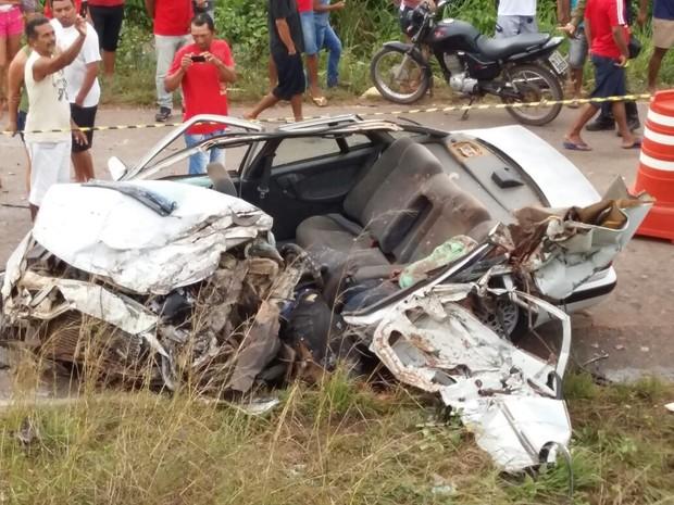 Carro ficou destruído após acidente na rodovia PA-140 (Foto: Divulgação / PRE)