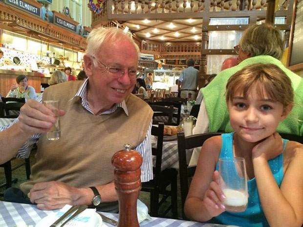 Maddie com seu avô Tomas Lindahl, Nobel de Química (Foto: Reprodução/Facebook/Lena Kauffman)