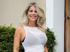 Karina Bacchi deixa barriguinha de grávida à mostra em evento