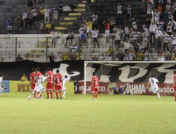 Geovani, meia do ABC, marca um gol sobre o América-RN, no Estádio Frasqueirão (Foto: Gabriel Peres/Divulgação)