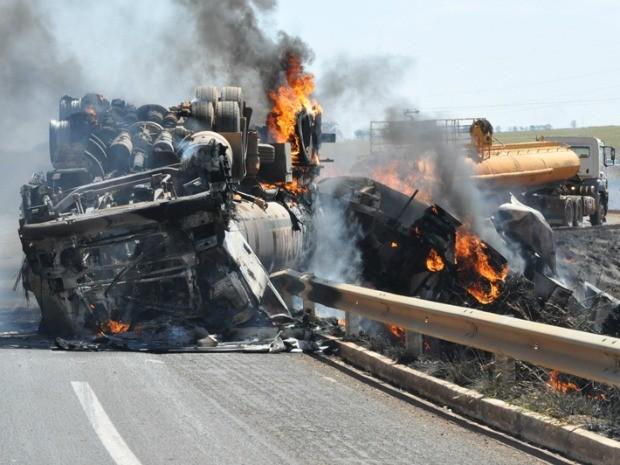 Carreta carregada com etanol tomba, pega fogo e explode em MS (Foto: Adejair Moraes/O Correio News)