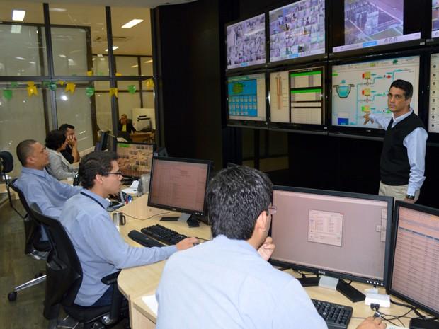 Diretor-presidente da Águas Guariroba mostra o centro de controle do sistema de abastecimento de Campo Grande (Foto: Anderson Viegas/Do Agrodebate)
