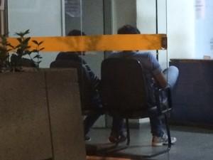 Funcionários de centro espírita são interrogados  (Foto: Cristina Boeckel/G1)