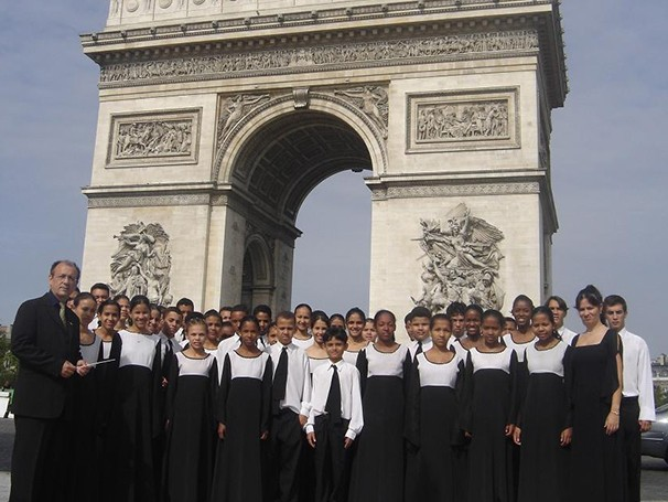 Orquestra Flauta Mágica no Arco do Triunfo, em Paris  (Foto: Foto: Divulgação/Flauta Mágica)