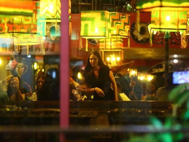 Luma Costa com amigas em restaurante na Zona Oeste do Rio (Foto: Ag. News)