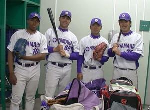 Reinaldo Sato (à direita) e brasileiros no baseball uiniversitário japonês em 2009 (Foto: divulgação)