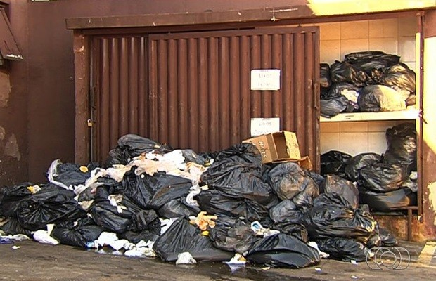 População reclamam da falta de coleta de lixo em bairros de Goiânia, Goiás (Foto: Reprodução/TV Anhanguera)