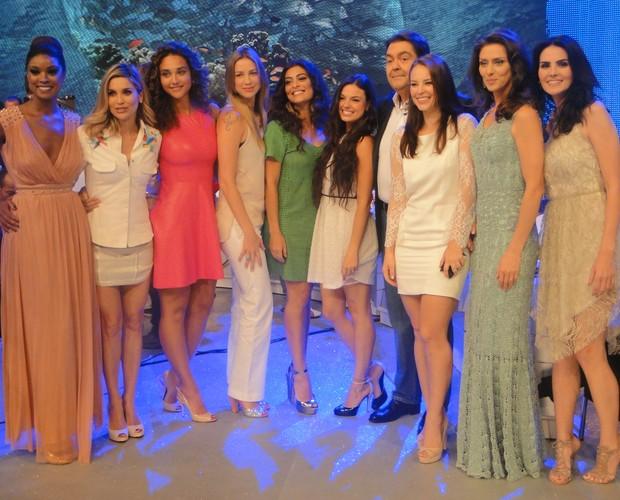 Faustão posa para a foto com as convidadas do programa (Foto: Domingão do Faustão / TV Globo)