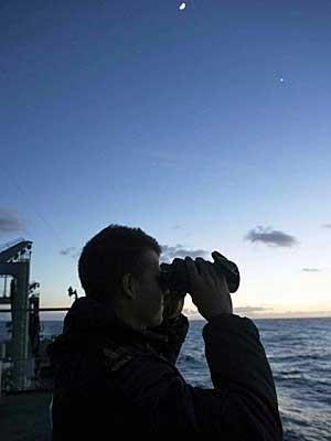 Navio australiano procura por destroços do avião da Malaysia Airlines no Oceano Índico. (Foto: Australian Defence Force / via Reuters)