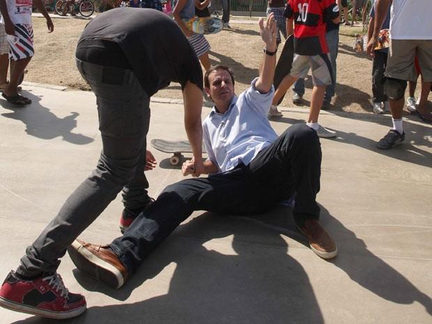 Eduardo Paes cai de skate (Foto: Márcio Alves / Agência O Globo)