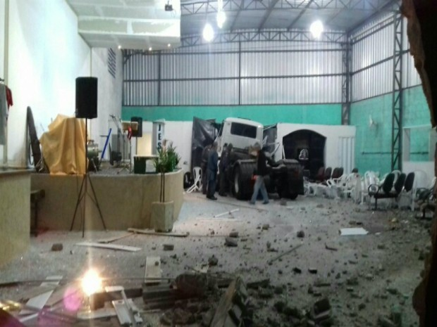 Caminhão atinge muro em São José (Foto: Leticia Dias/ Vanguarda Repórter)