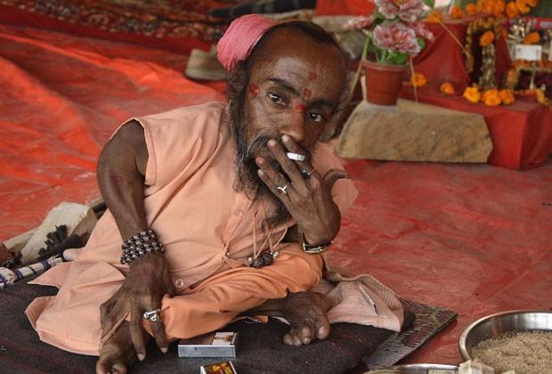 Ele foi fotografado durante a realização do festival Pitcher -  no qual religiosos se reúnem ao longo do Rio Ganges. (Foto: Jitendra Prakash/AFP)