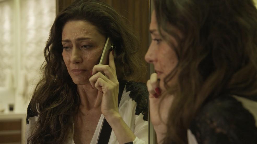 Joyce liga para Irene para saber se a 'amiga' teve algum 'efeito colateral' após beber o suco (Foto: TV Globo)