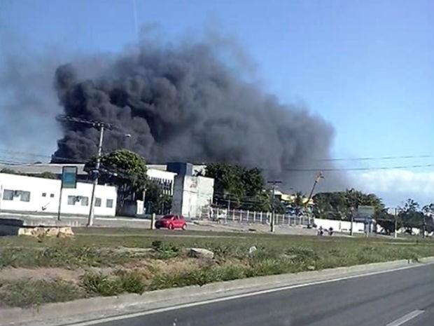 Incêndio de grandes proporções na Serra (Foto: Robson Miler / VC NO G1)