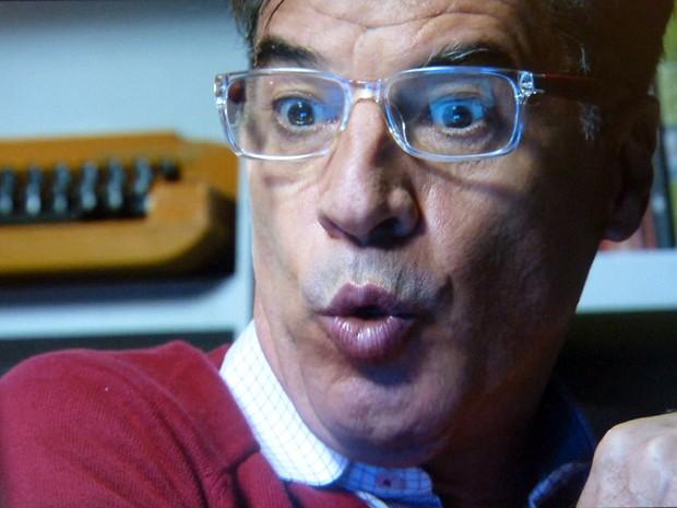 Téo vibra oa publicar a nota sobre o beijo entre Cláudio e Leonardo  (Foto: Império/TV Globo)