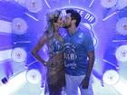 Em dia de desfile das escolas campeãs, famosos beijam muito na Sapucaí