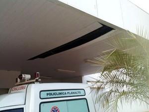 Chuva danificou estrutura de policlínica em Cuiabá. (Foto: Luiz Gonzaga Neto/TVCA)