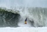 """Que cena! Surfista leva """"vaca"""" em onda com mais de dois metros"""