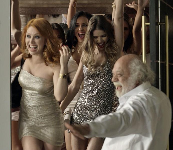 Garotas de programa são recebidas na cobertura (Foto: TV Globo)