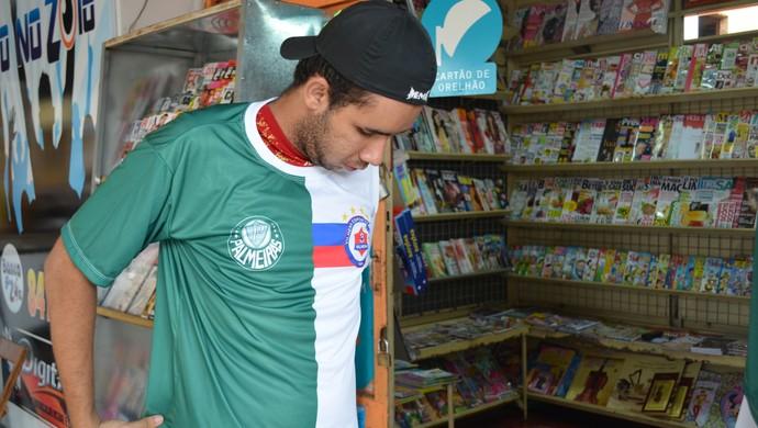 Em Vilhena, dono de banca de revistas vende camisa personalizada do Palmeiras e Vilhena (Foto: Lauane Sena)