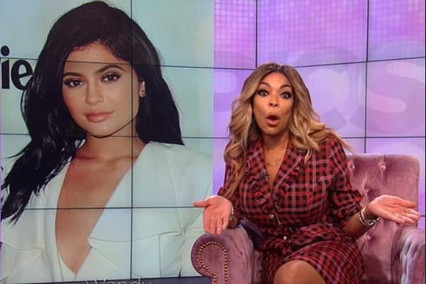 A apresentadora de TV Wendy Willians revelando que Kylie Jenner teria sido abandonada por seu namorado após a gravidez acidental (Foto: Reprodução)