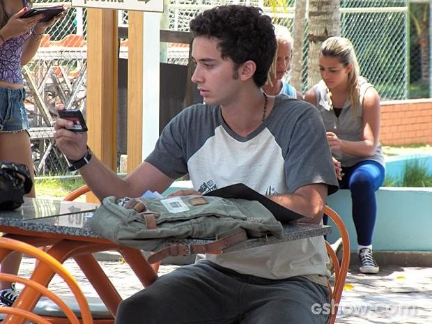Ben descobre que seu vídeo com Anita caiu na rede  (Foto: Malhação / TV Globo)