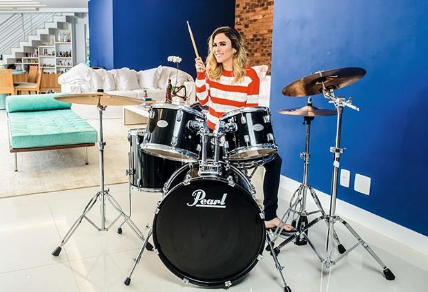 A atriz, que tem uma banda chamada Renatinho, toca bateria, piano e está aprendendo violão (Foto: Fabio Cordeiro / Ed. Globo)