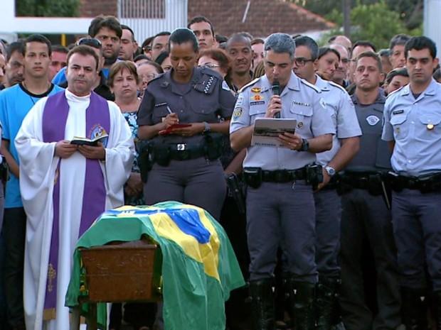PM foi enterrado com honras militares no Cemitério da Saudade em Batatais, SP (Foto: Reprodução/EPTV)
