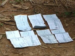Polícia encontrou cheques da vítima na estrada (Foto: Reprodução/ TV Gazeta)