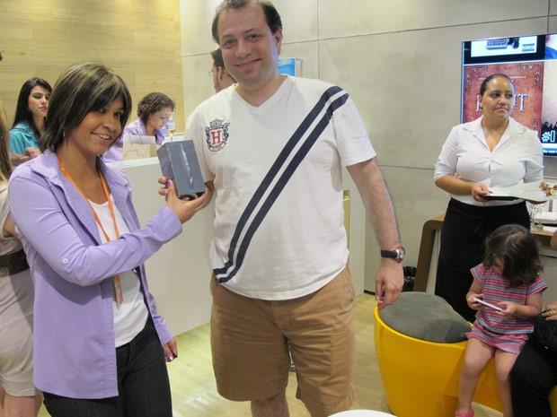 O analista de sistemas Wlamir Marques Sobrinho coloca a mãe em seu iPhone 5 (Foto: Amanda Demetrio/G1)